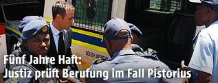 Oscar Pistorius auf dem Weg zum Gefangenentransporter