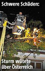 Umgestürzter Baum auf einem Hausdach in Silz
