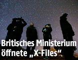 Menschen mit Nachtsichtgeräten unter Sternenhimmel