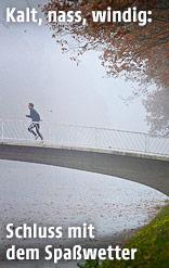 Mann joggt bei Nebel in einem Park