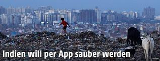 Abfall vor der Skyline von Neu Delhi