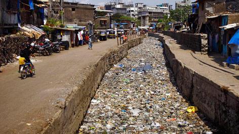 Abfall in einem Kanal in Mumbai