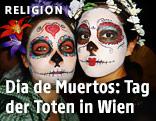 Junge Frauen mit aufgemaltem Totenkopf