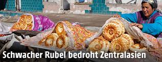 Frau verkauft Brot auf der Straße in Kirgisien