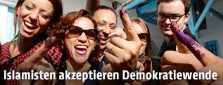 Junge Tunesier feiern die Wahl