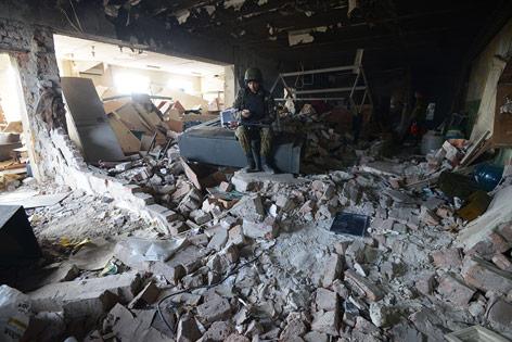 Soldat in der Ruine des Flughafens Donezk