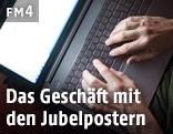 Hände und Laptop