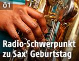 Hand auf einem Saxophon