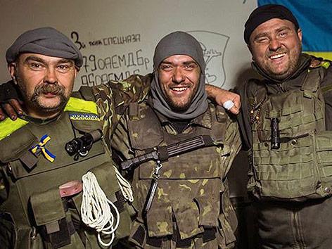 Drei ukrainische Soldaten Arm in Arm