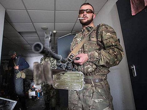 Bewaffneter Soldat mit Sonnenbrille und Zigaretten