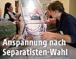 Wahlhelfer entleeren eine Box mit Stimmzetteln