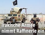 Ein bewaffneter Sunni in der Nähe der Baidschi-Raffinerie