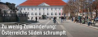 Wenige Passanten auf dem Neuen Platz in Klagenfurt, Kärnten