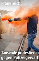 Protestierender mit Rauchgeschoss