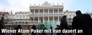 Reporter stehen vor dem Palais Coburg in Wien