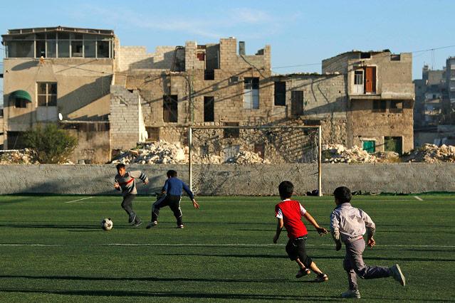 Kinder spielen Fußball in Aleppo