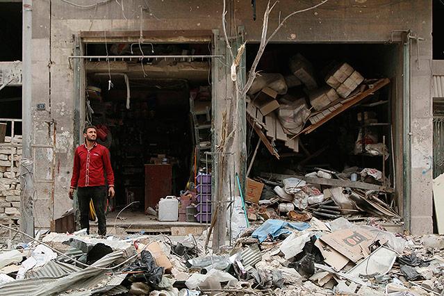 Mann vor einem Gebäude in Aleppo