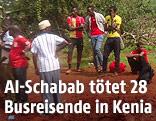 Reisende und Sicherheitskräfte am Tatort in Kenia