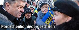 Ukraines Präsident Petro Poroschenko spricht mit einer Frau