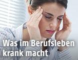Ein Angestellte im Büro mit Kopfschmerzen