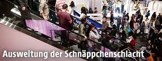 Menschen auf einer Rolltreppe in einem Kaufhaus