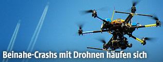 Drohne, im Hintergrund zwei Flugzeuge