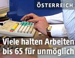 Angestellter an einer Tastatur
