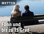 Zwei Menschen auf einer Bank bei einem See