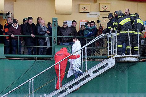 Gerettete Passagiere auf einem Militärschiff