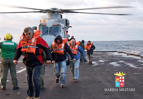 Gerettete Passagiere kommen in Bari an