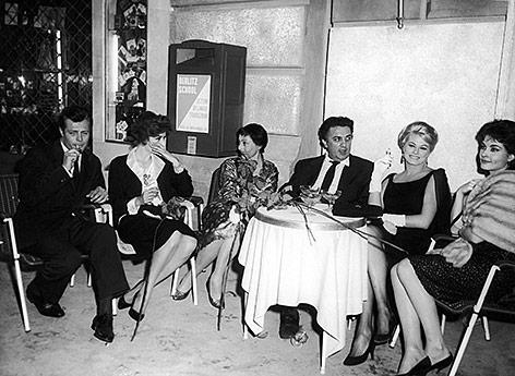 Luise Rainer während einer Pause zu den  Dreharbeiten des Films La Dolce Vita mit Marcello Mastroianni, Anouk Aimee, Federico Fellini und Anita Ekberg