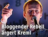 Kreml-Gegner Alexej Nawalny spricht in Mikrofon