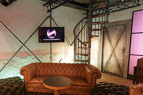 Backstage-Bereich mit Couchen und Monitoren