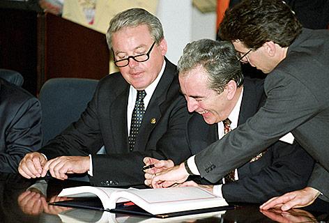 Ex-Bundeskanzler Franz Vranitzky und Ey-Außenminister Alois Mock unterschreiben den österreichischen EU-Vertrag