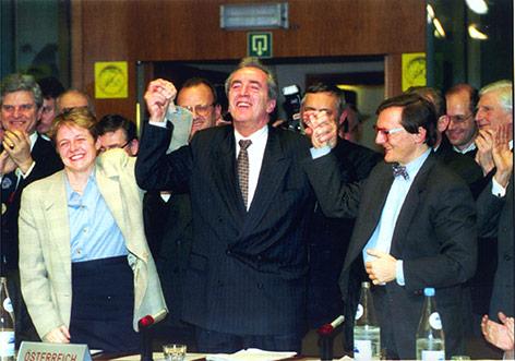 Ey-Außenminister Alois Mock, Brigitte Ederer und Wolfgang Schüssel freuen sich über den Abschluss der EU-Beitrittsgespräche 1994