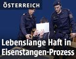Polizisten und der Angeklagte vor Gericht