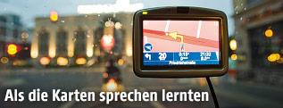 Navigationsgerät auf der Frontscheibe eines Autos