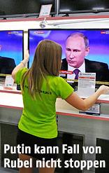 Frau vor Fernsehbildschirmen, die Putins Rede zeigen
