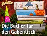 Weihnachtsbücher zwischen Adventschmuck