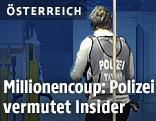 Polizeibeamte bei der Spurensicherung