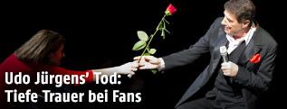 Udo Jürgens bekommt eine Rose überreicht