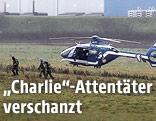 Polizisten und Helikopter