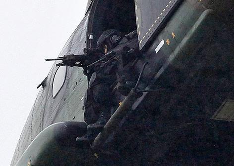 Scharfschütze in einem Helikopter