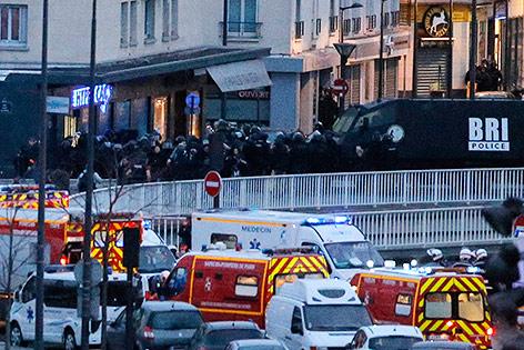 Polizisten stürmen Supermarkt