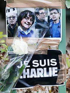 Bilder der ermordeten Cartoonisten Georges Wolinski, Cabu, Tignous und Charb