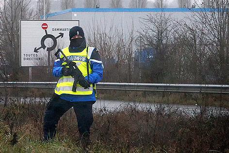 Gendarm mit Maschinengewehr sichert Kreuzung