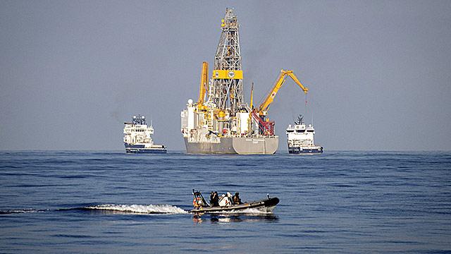 Als Erdölgewinnung wird das Aufsuchen (Prospektion) und das Erschließen (Exploration) von Erdöllagerstätten sowie die Förderung von Erdöl aus Erdöllagerstätten bezeichnet.
