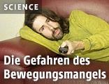 Mann mit Fernbedienung auf Sofa