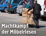 Menschen beim Möbelkauf