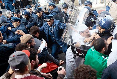Demonstranten verbrennen in Algier eine französische Flagge